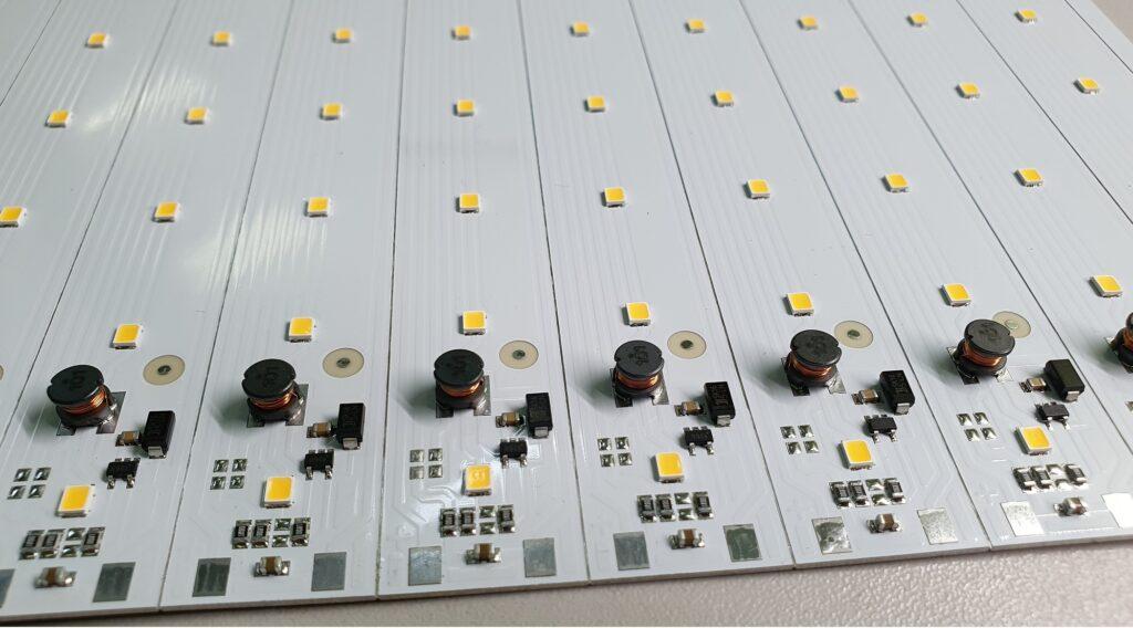 светодиодная плата со встроенным импульсным преобразователем